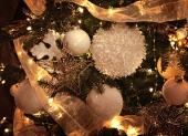 biele vianočné gule