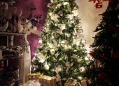 vianočný stromček a darčeky